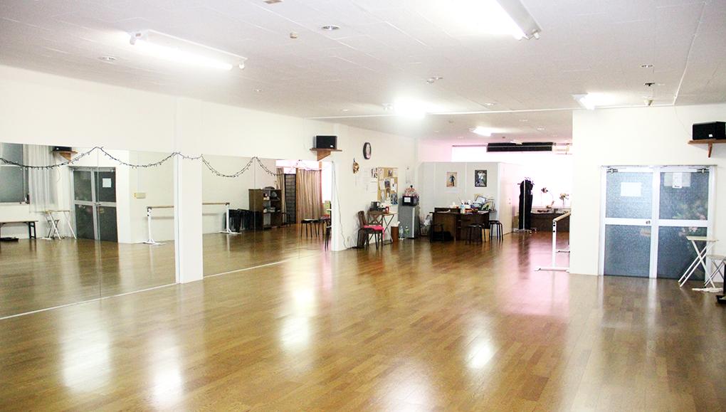 鳥取県米子市角盤町1-27-10 齋藤ビル3Fのミルキーウェイダンスクラブ。鏡張りの空間はかなりの迫力だ。グループレッスンでは、この空間で何十人の方が汗を流している。