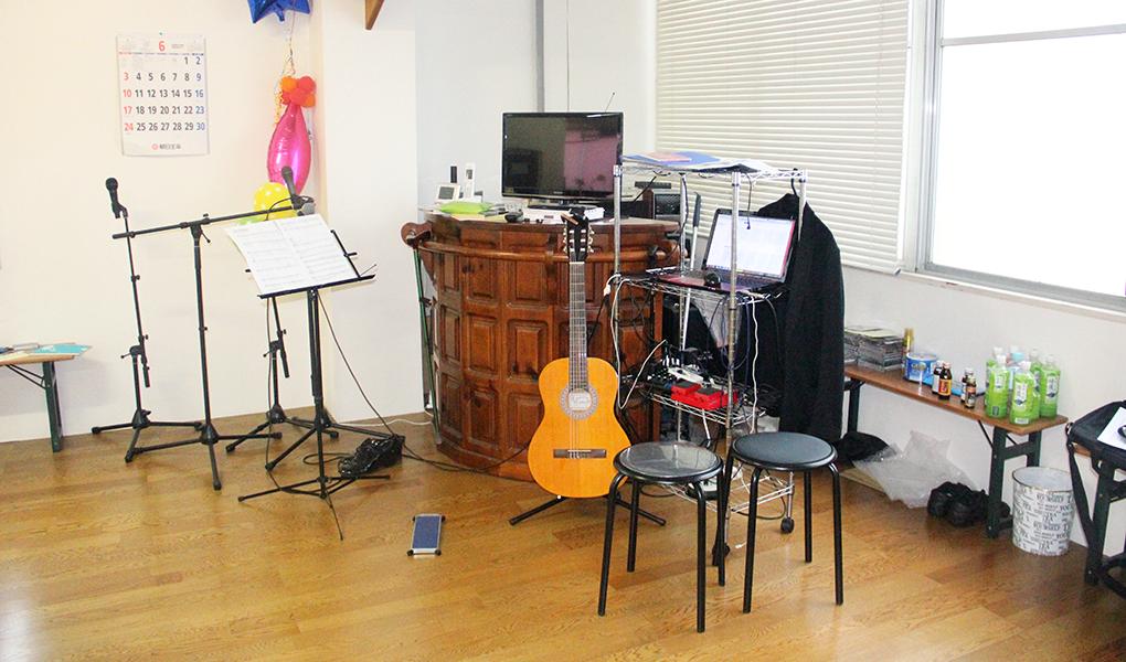 ダンスといえば音楽。レッスン時に音楽を流すための機材の他には、マイクスタンドとアコースティックギターも。森田さんは音楽の造詣も深い。