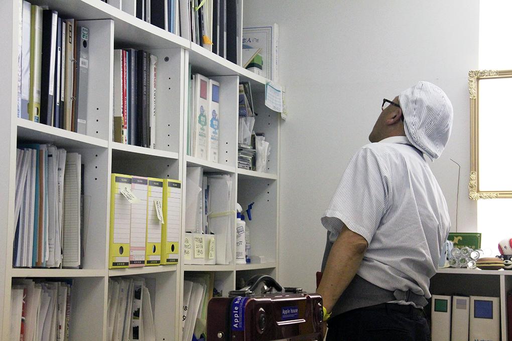 野坂さんのオフィスは「宝の山」だ。